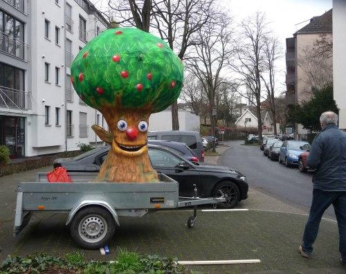 Der fertige Pappmaschee-Baum auf dem Hänger, Foto: Naemi Reymann