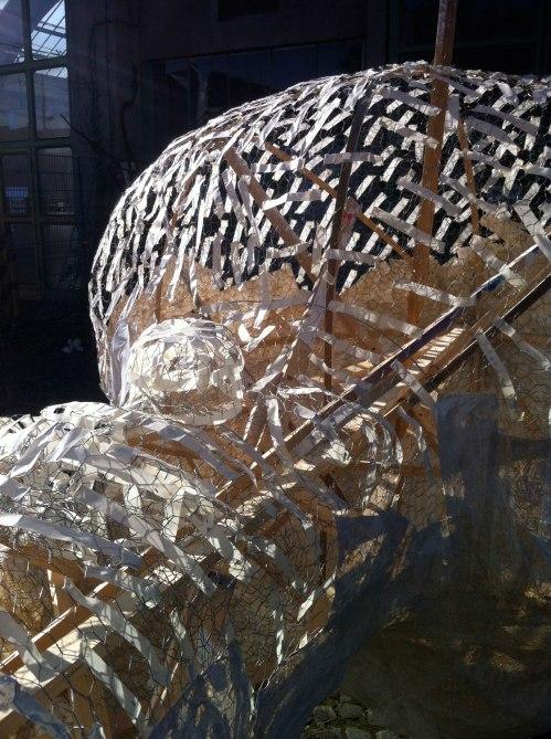 Foto Konstruktion Baum: gedrahteter Maschendraht auf Holz mit Klebestreifen.
