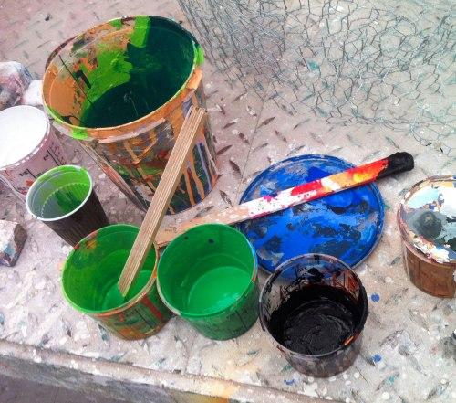 Foto: grüne und schwarzer Farbtopf und Detail Maschendraht. Foto: Naemi Reymann